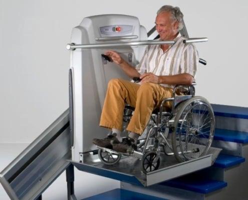 Plattformlift mit Rollstuhl